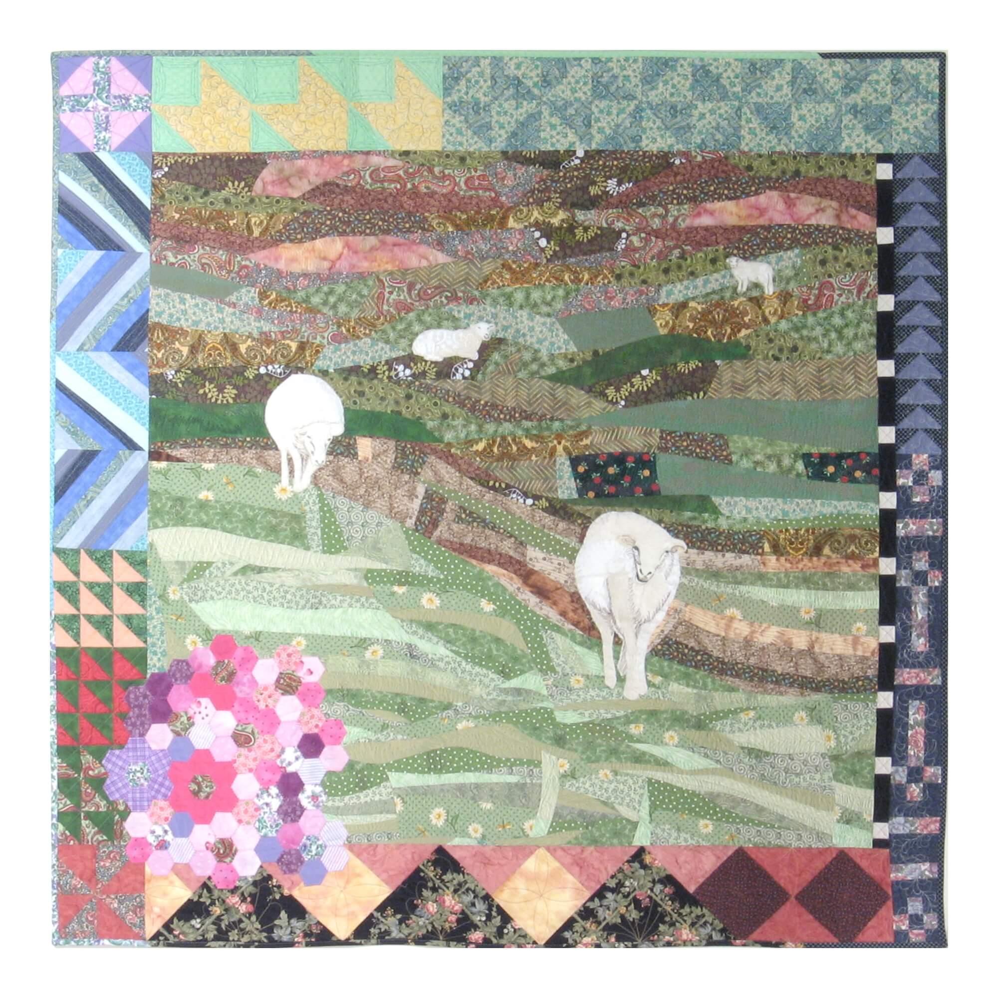 Pièce d'art textile Nature curieuse. Quatres moutons dans une prairie s'en viennent. Le contour est fait de blocs de courtepointe traditionnelle. Une partie en hexagones rose, lilas et violet fait un bosquet dans le coins gauche inférieur.
