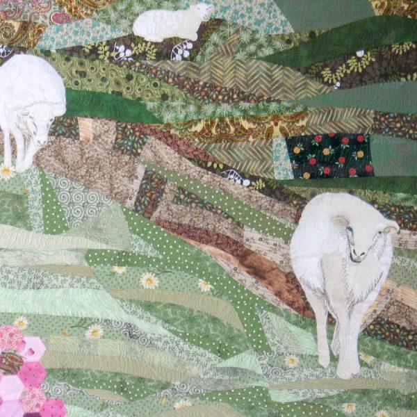 Détail de la pièce d'art textile Nature curieuse. Moutons en dentelle et broderie blanc et ivoire avançant vers nous sur fond de courtepointe.