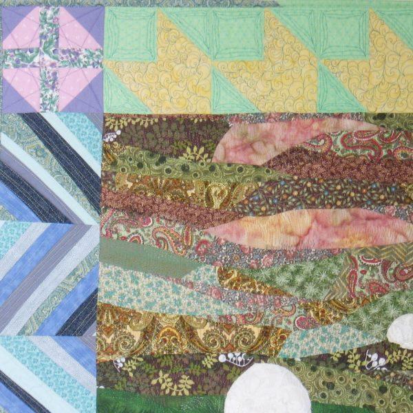 Détail de la pièce d'art textile Nature curieuse. Coin supérieur gauche avec blocs de courtepointe au contour et assemblage improvisé au centre.