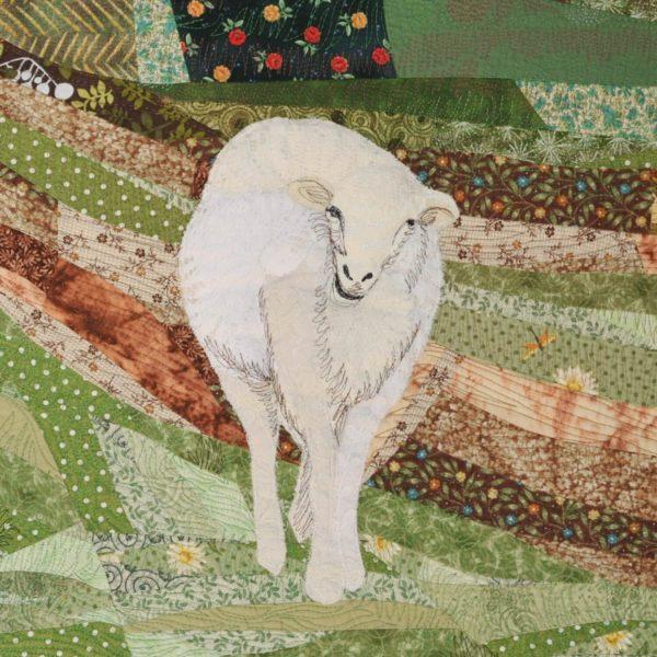 Détail de la pièce d'art textile Nature curieuse. Mouton blanc et ivoire en dentelle sur fond de courtepointe vert et brun.