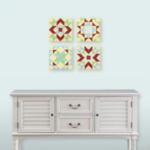 Quatre tableaux d'art textile Quadrille No 1, No 7, No 9, No 10, placés en carré au-dessus d'un buffet blanc.