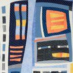 Détail de la pièce d'art textile Vous êtes ici. Piquage en écho avec cercle et lignes droites sur un assemblage de tissus marine, bleu, orange et jaune.
