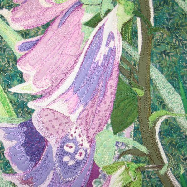 Détail de la pièce d'art textile Digitalis Purpurea montrant les corolles en tissus variés et le piquage fait avec des fils de couleurs différentes.