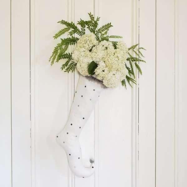 Bas d'elfe en lin blanc brodé décoré de fleurs d'hydrangées blanches avec feuillage vert.