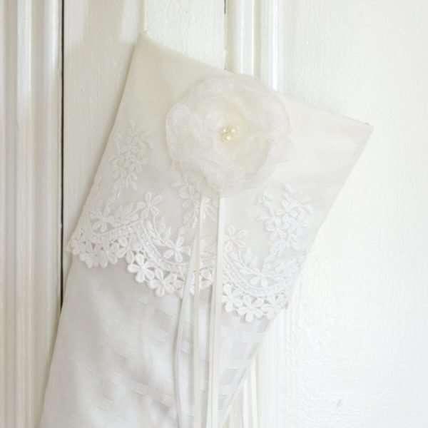 Détail du bas d'elfe Perce-Neige, revers en dentelle blanche avec fleur d'organza, perles et rubans blanc.