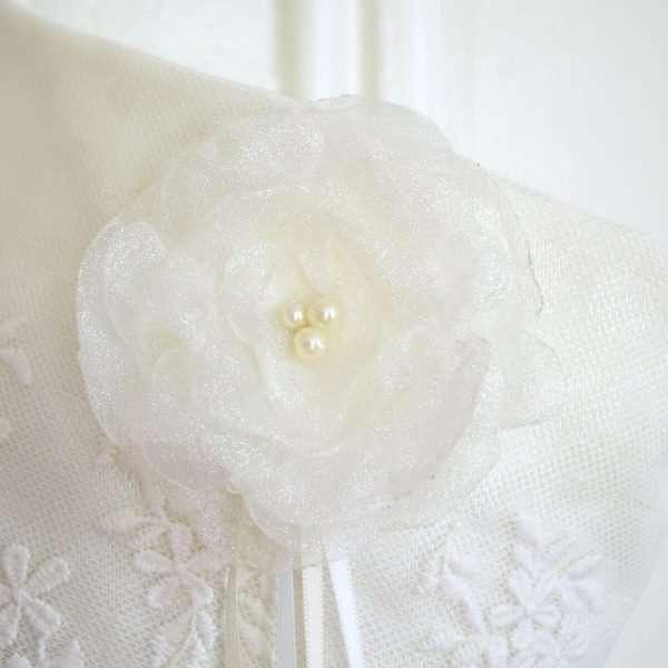 Détail du bas d'elfe Perce-Neige, fleur d'organza avec perles blanches.