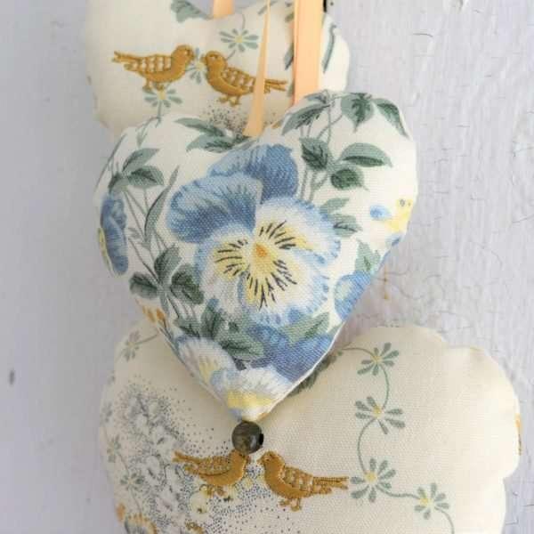 Coeur moyen du trio de jolicoeurs Confiance, pensée bleu et jaune, perle de bois verte.