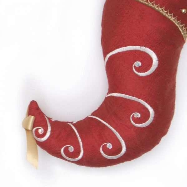 Détail du bas d'elfe Artanis, pointe du pied en soie rouge avec des broderies blanches et des pierres Swarovski.