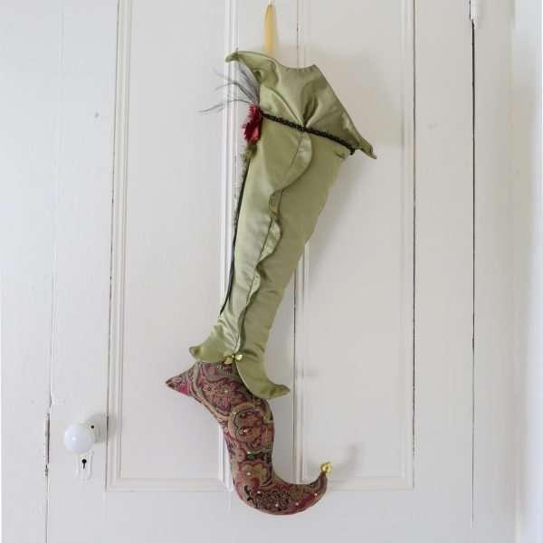 Bas d'elfe Eldarion, jambe de satin vert avec un volant au centre. pied courbé, talon pointu.