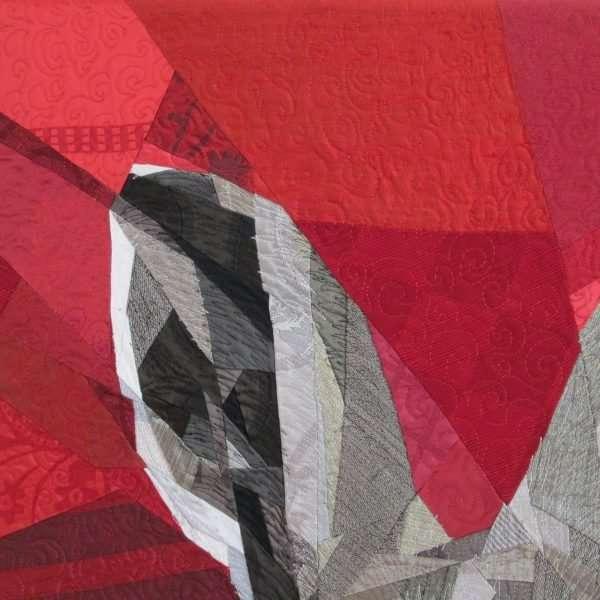 Détail d'une pièce d'art textile, oreille de lapin avec plusieurs pièces de tissu et piquage.