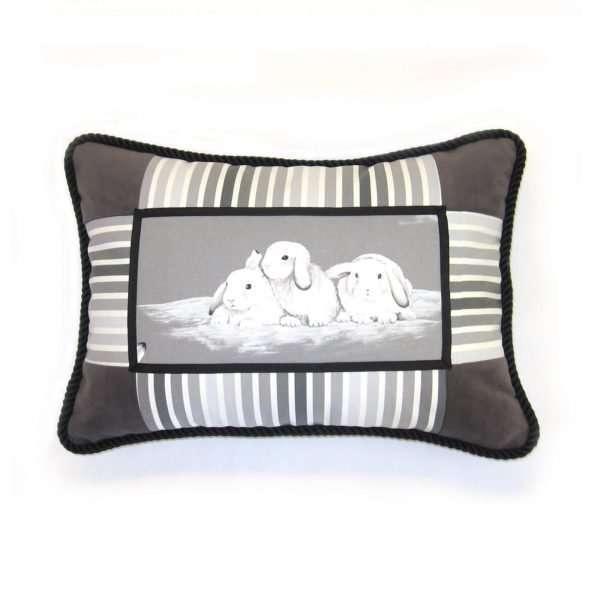 Coussin Entre nous, rectangulaire, illustration de trois lapins sur la neige, blanc, gris, noir, coton et velours.