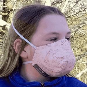 Fille portant un masque de protection en coton à petits motifs roses