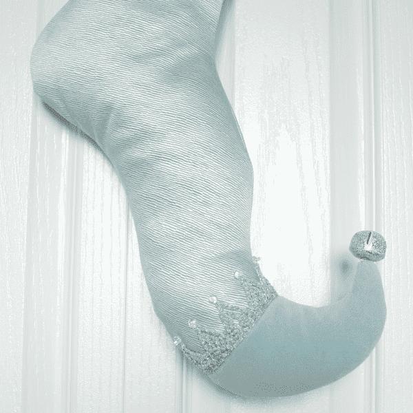 Détail du bas d'elfe Celestia, satin texturé bleu pâle avec la pointe en velours.